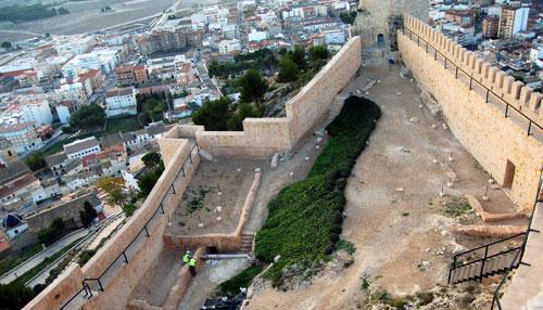Patrimonio acomete diversos trabajos de conservación en el patio de armas del Castillo de Castalla