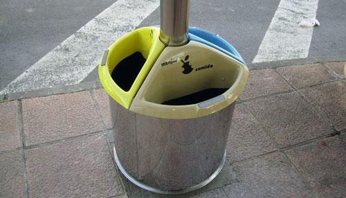 Instalan en Onil cinco papeleras para la recogida selectiva de residuos