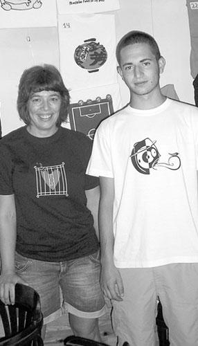 Dos ibenses ganan un concurso de diseño de camisetas de La Cábala Café y Kuin