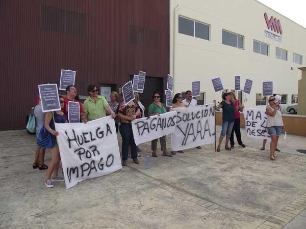 La plantilla de Panadería Mariel protesta frente a la empresa para exigir el pago de las nóminas