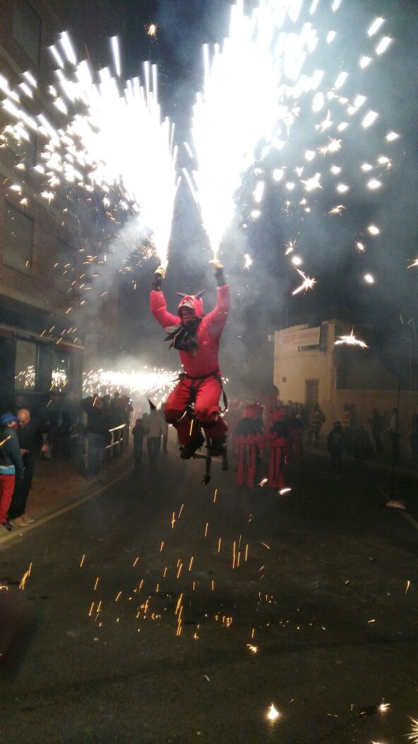 La Colla de Dimonis Emplomats de Beneixama protagoniza el correfocs de la XXIV Feria de San Isidro