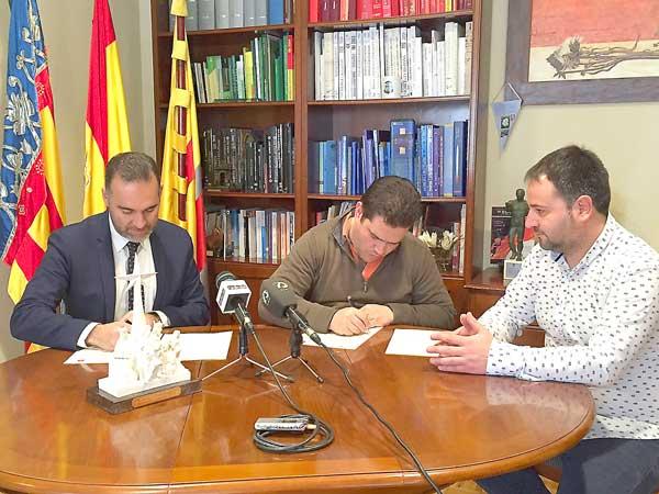 La colaboración entre el Ayuntamiento y la asociación de Reyes Magos de Ibi se plasma por primera vez en un convenio