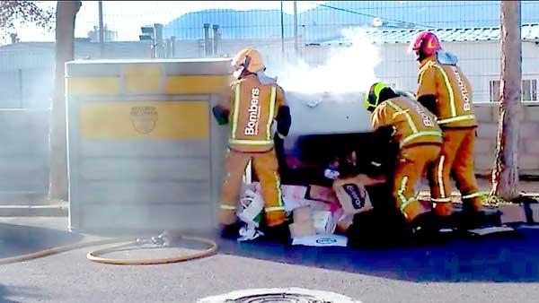 Un incendio en un contenedor de papel pone en alerta a los funcionarios de la piscina de Ibi