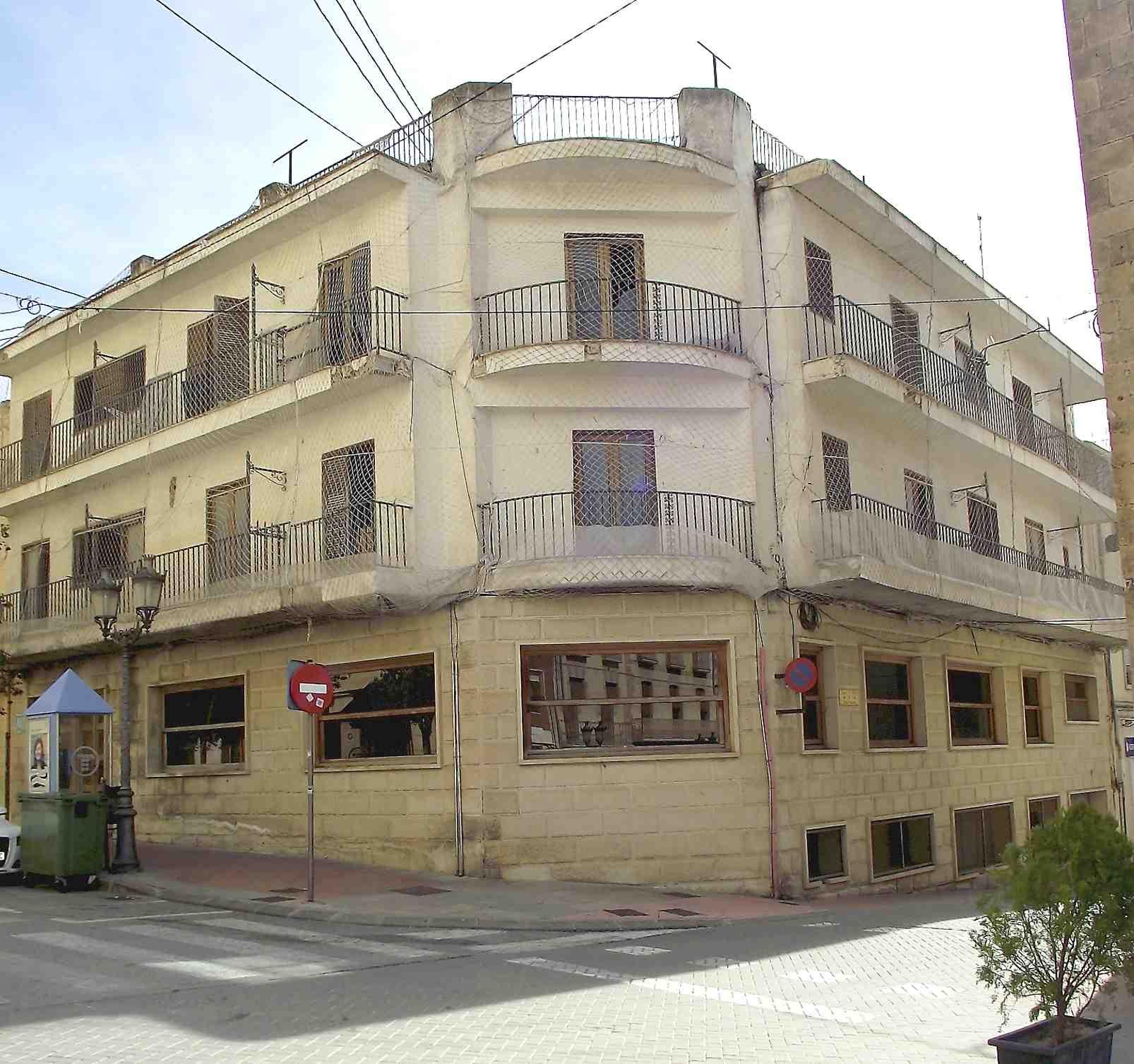 El Ayuntamiento de Onil recupera la titularidad del Hotel Ónix y estudia el uso futuro del inmueble