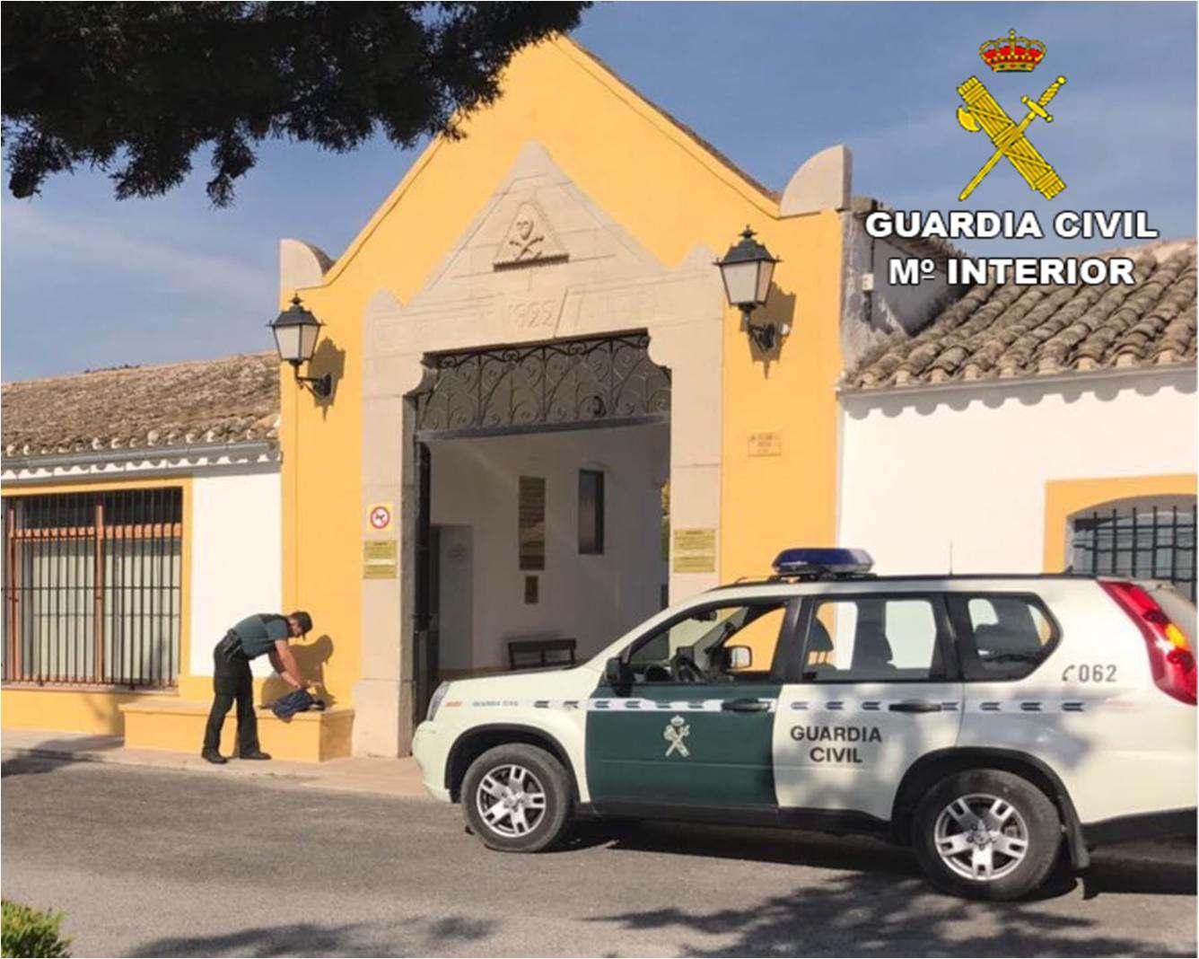 La Guardia Civil detiene a un vecino de Castalla acusado de 22 delitos, la mayoría robos en los aparcamientos del tanatorio y el cementerio