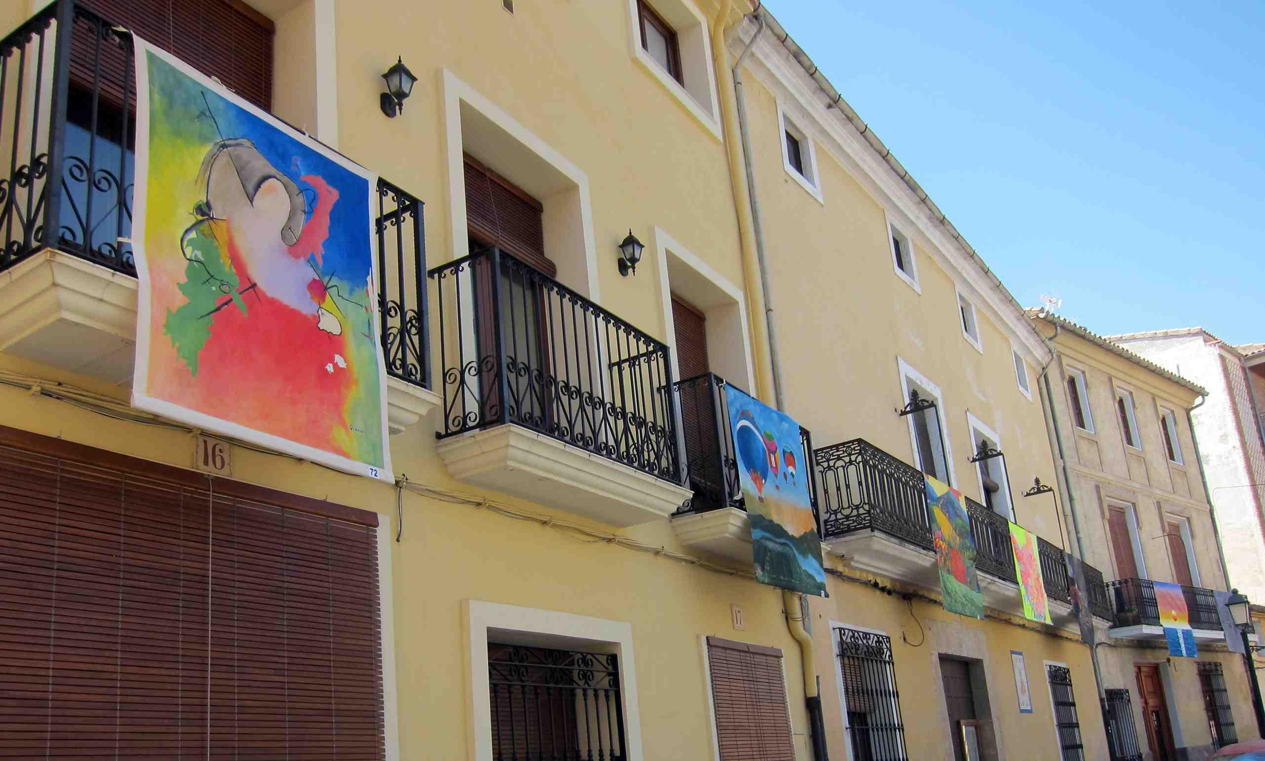 El arte inunda los balcones de Biar con cerca de 80 pinturas