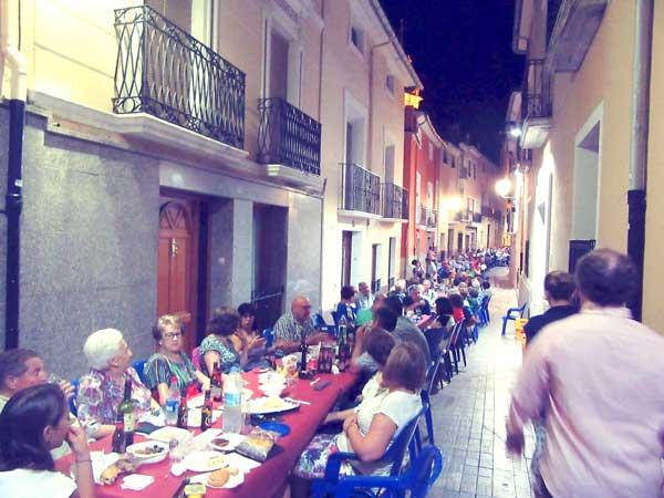 Més de 500 persones assistixen al primer sopar de germanor en Biar