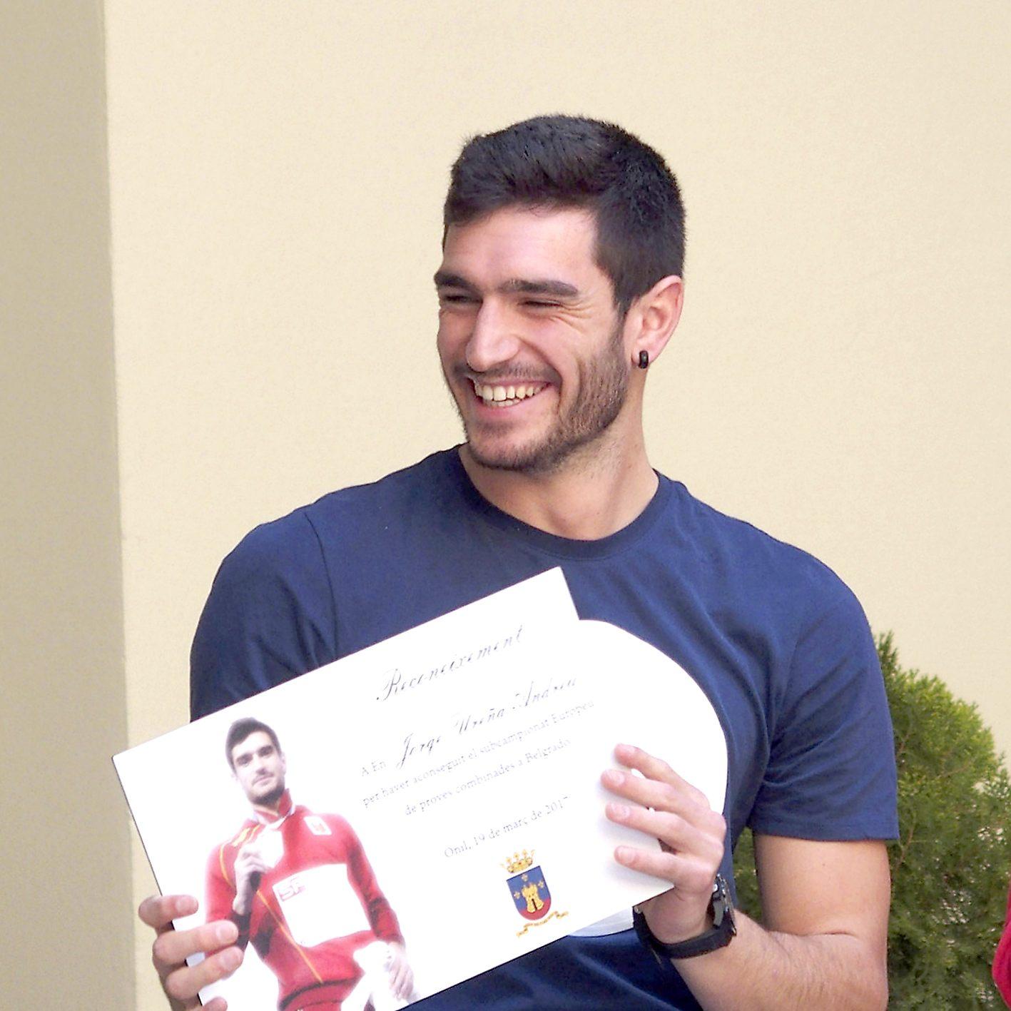 El atleta colivenc Jorge Ureña recibe una ayuda de la Diputación de 900 euros