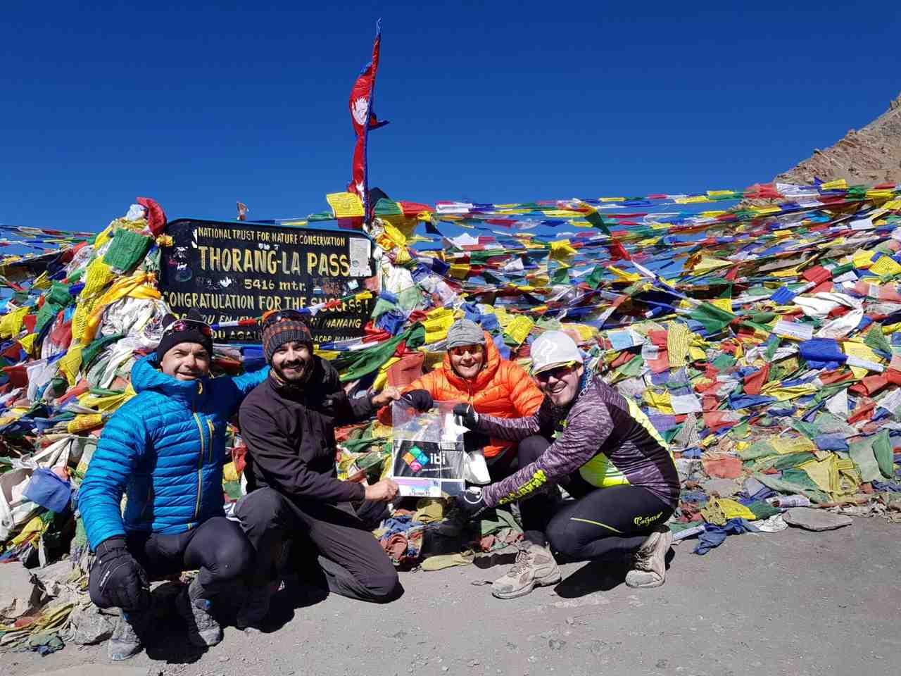 Tres ibenses coronan el Thorong La, en el Himalaya, uno de los pasos de montaña más altos del mundo