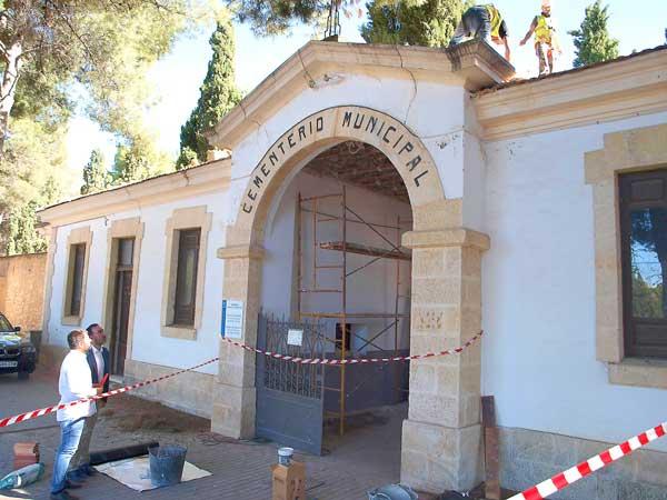 Obras de reparación en la entrada principal al cementerio de Ibi