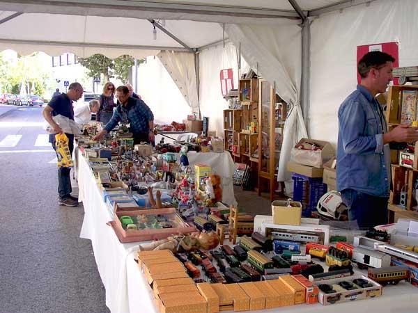 Más de 2.500 personas visitan el mercadillo del juguete antiguo en Ibi