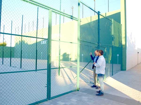 El Ayuntamiento de Ibi construye un almacén para pádel y ejecuta mejoras en el frontón