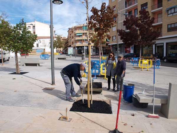 Los actos vandálicos obligan a rehacer trabajos terminados en la plaza de la Libertad