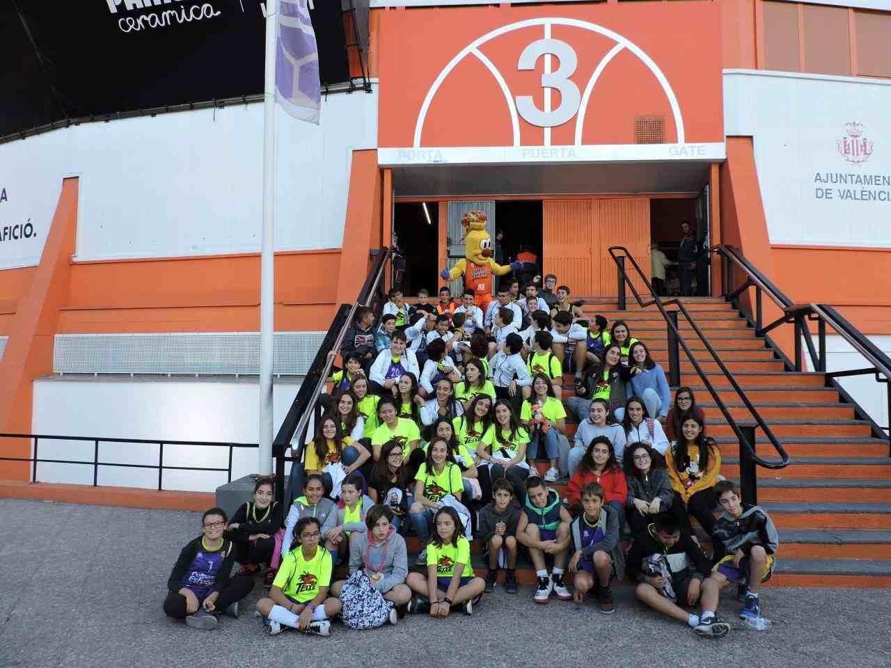 Jugadores y familiares del CB Teixereta visitan el pabellón Fuente de San Luis de Valencia (La Fonteta)