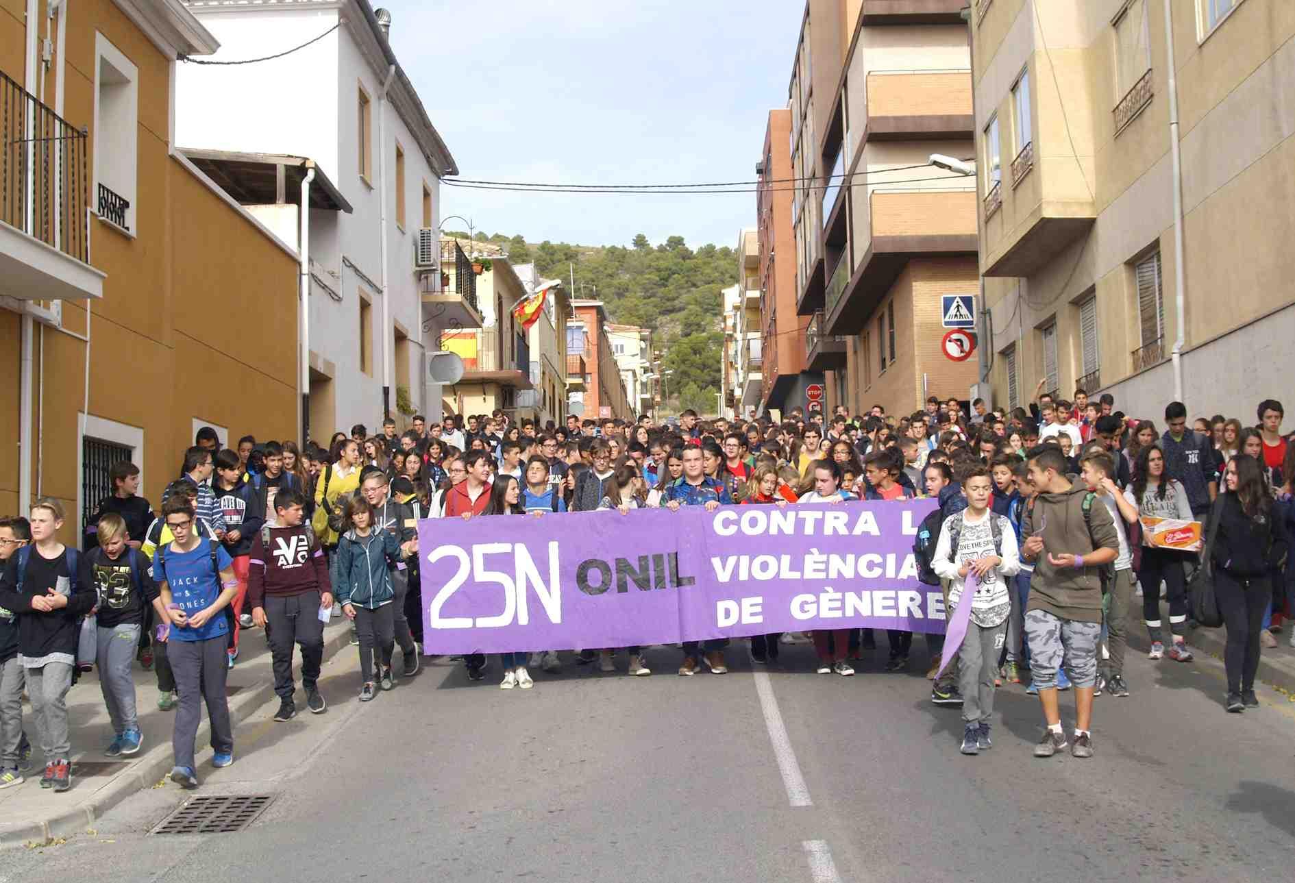 Cientos de alumnos del IES La Creueta claman contra la violencia de género