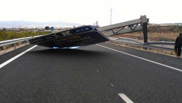 Cae un panel indicador de la autovía sin provocar daños