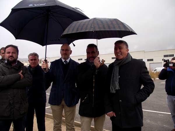 El conseller de Economía visita las obras de los polígonos e incrementa en 600.000 euros la subvención a Ibi