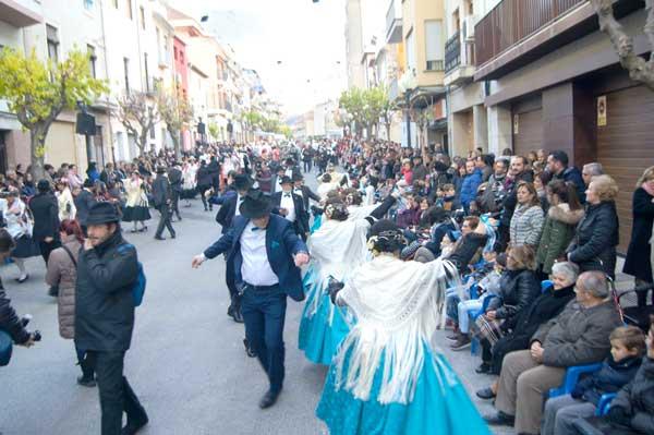 Las danzas y 'els tapats' se apoderan de la calle el primer día de baile
