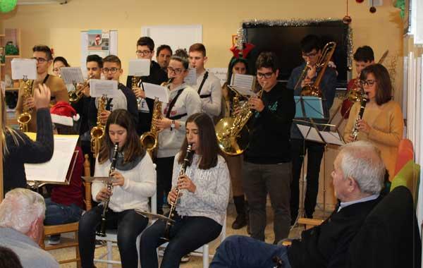 La banda de música del IES Barrachina felicita la Navidad a los usuarios del Asilo