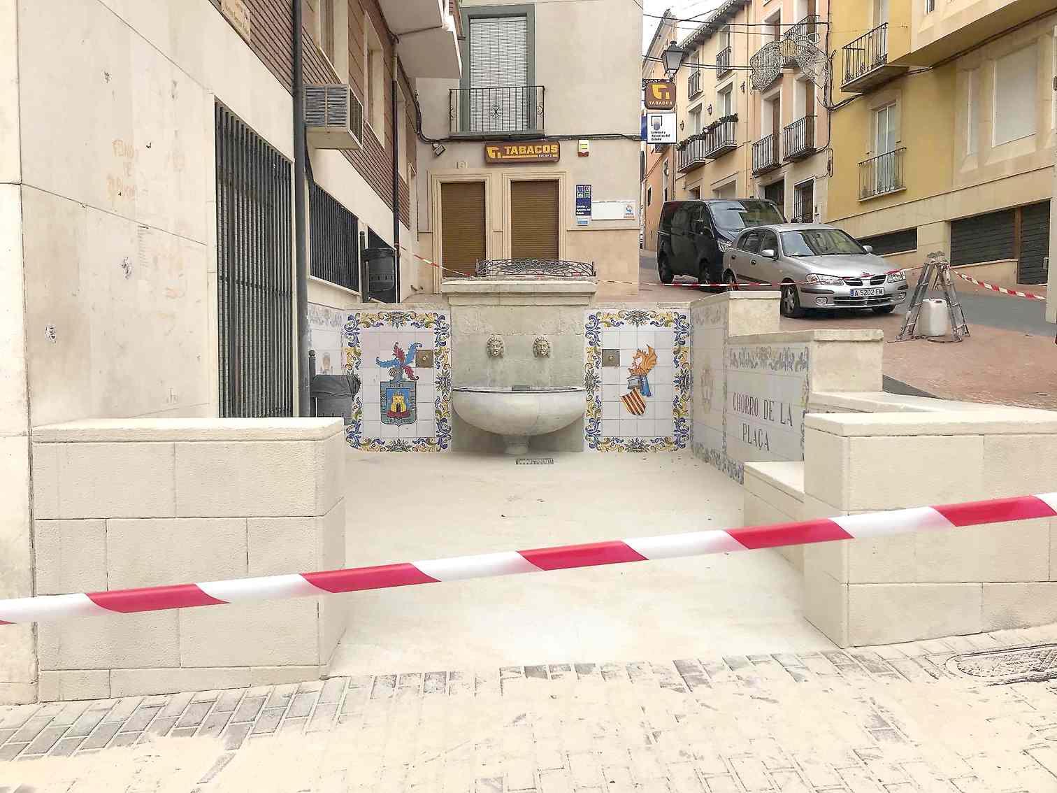 Eliminar los chicles pegados en el suelo del Xorro de la Plaça ha costado 850 euros
