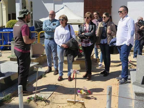 Familiares de José Pastor y miembros del Partido Socialista de Ibi se desplazan a Paterna para colaborar en las labores de identificación