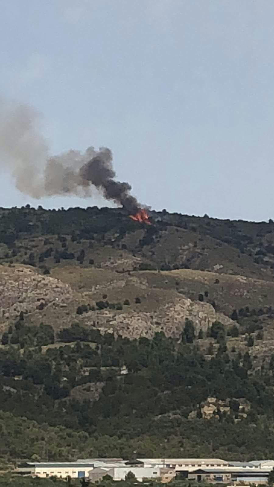 Un incendi a la serra dels Castellets calcina diverses hectàrees de muntanya baixa i pins