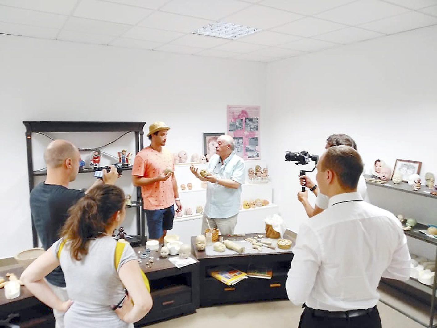 Un programa de la televisió russa visita el Museu de la Nina d'Onil
