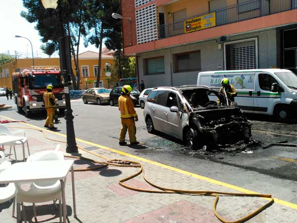 Un cotxe s'incendia al mig del carrer i el conductor ix il·lès