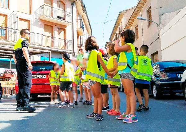 Els alumnes de l'escola d'estiu de Castalla posen en pràctica les classes en educació viària