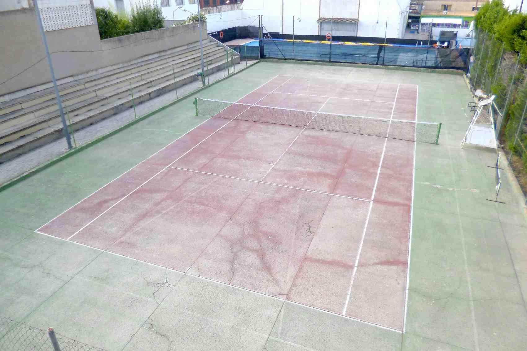 El Ayuntamiento de Onil invertirá cerca de 23.000 euros en la renovación de la pìsta de tenis del Polideportivo