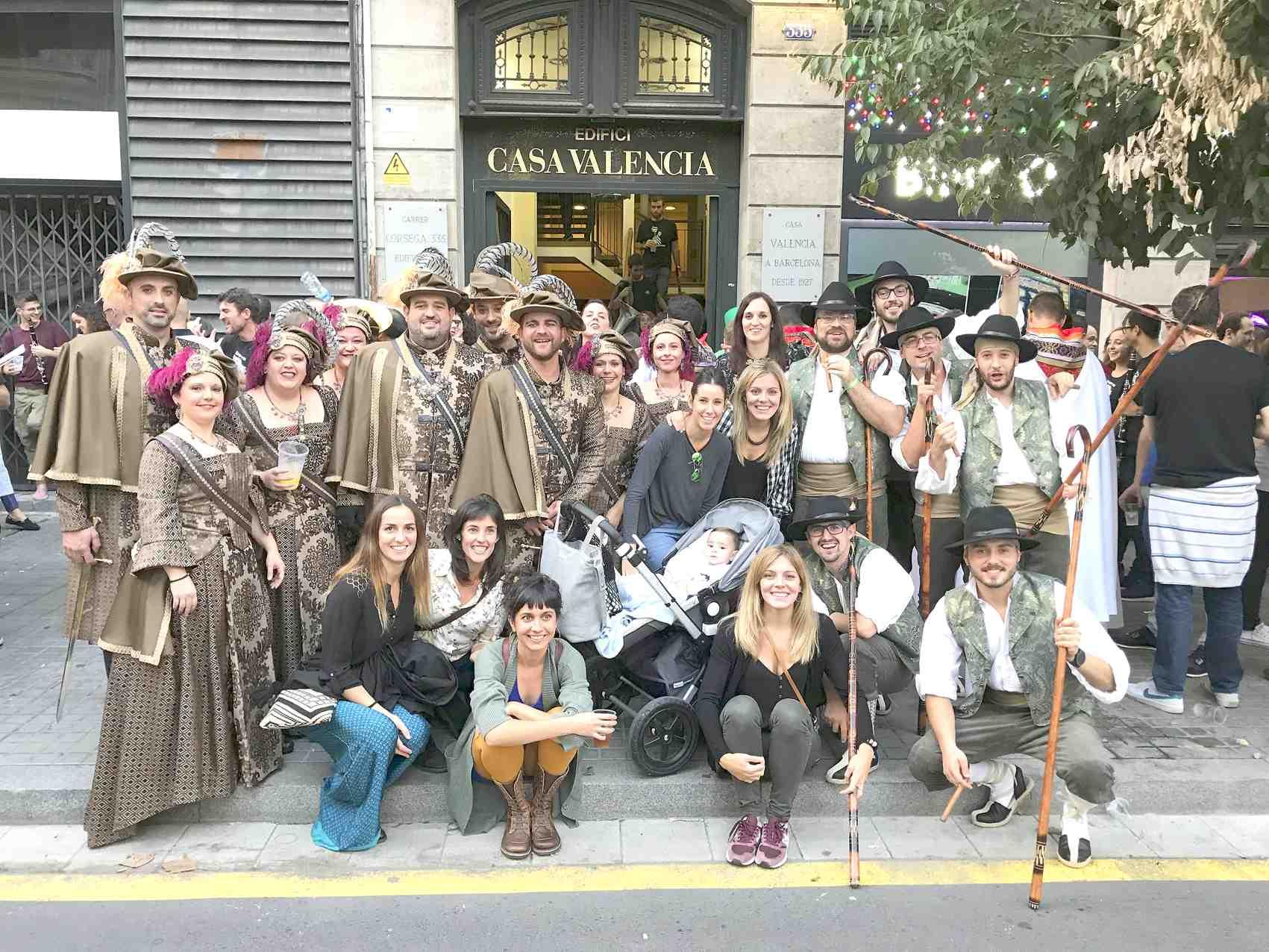 Els Moros i Cristians de Castalla desfilen al barri de Gràcia de Barcelona