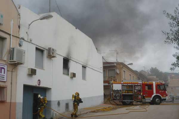 Incendi en una empresa de metal·litzats a Ibi