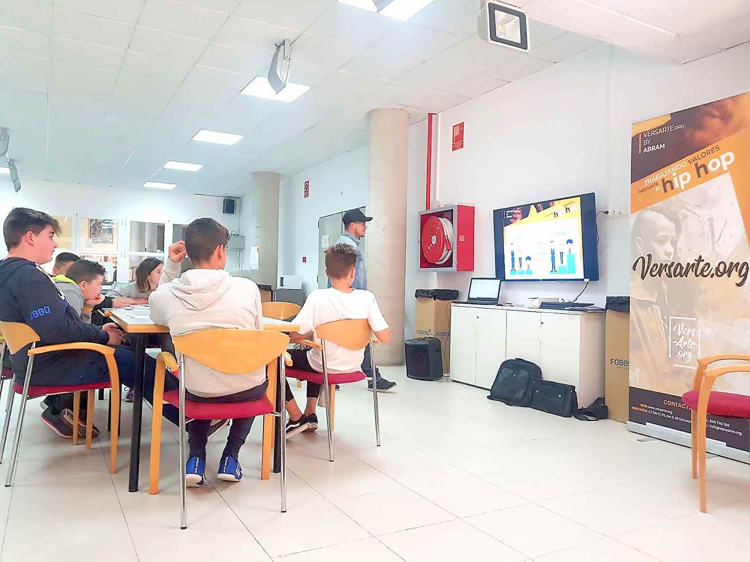 Abram imparte en Onil un taller de rap para jóvenes de entre 12 y 18 años