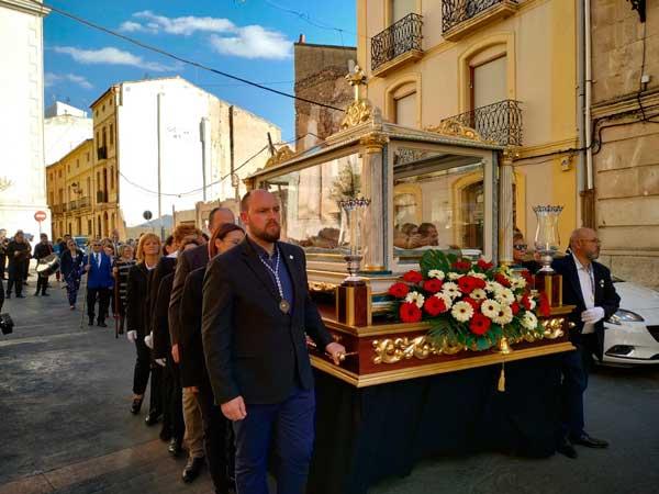 La imagen del Cristo Yacente procesiona dentro de la urna después de medio siglo
