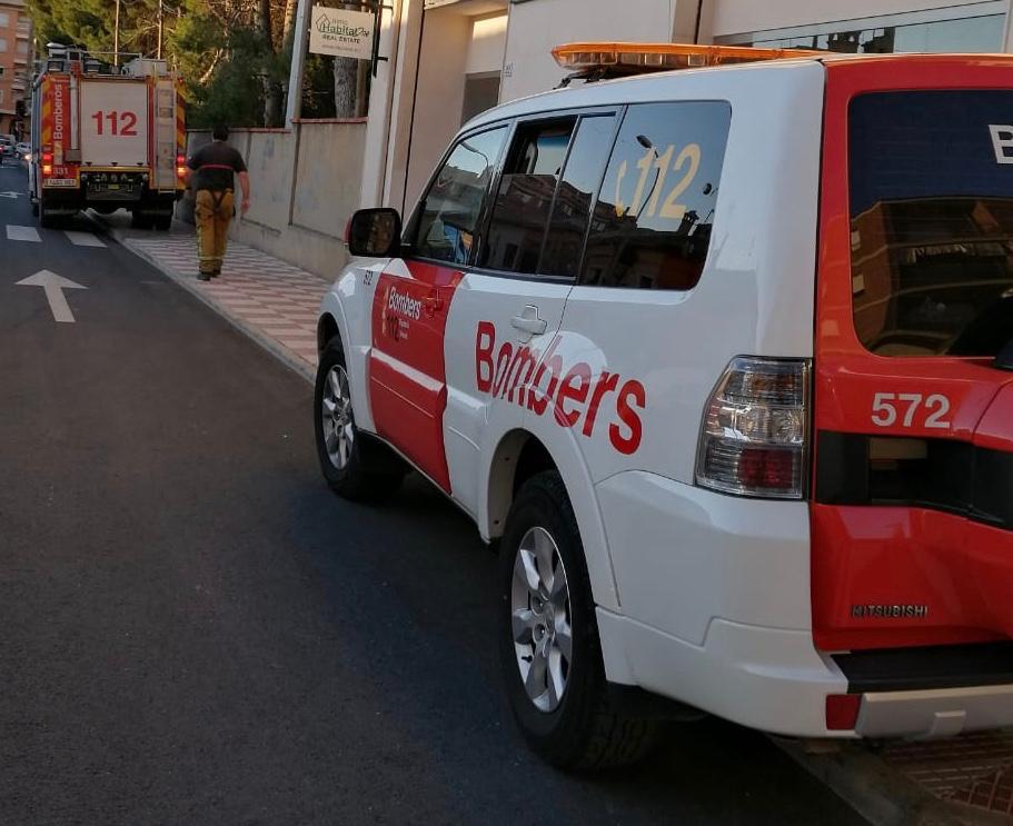 Bomberos y Policía Local cortan la calle Central de Castalla ante una situación potencialmente muy peligrosa