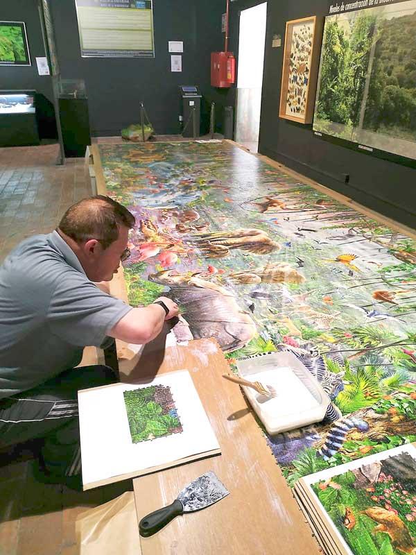 Pedro García monta un puzle de 33.600 piezas para el Museo de la Biodiversidad de Ibi