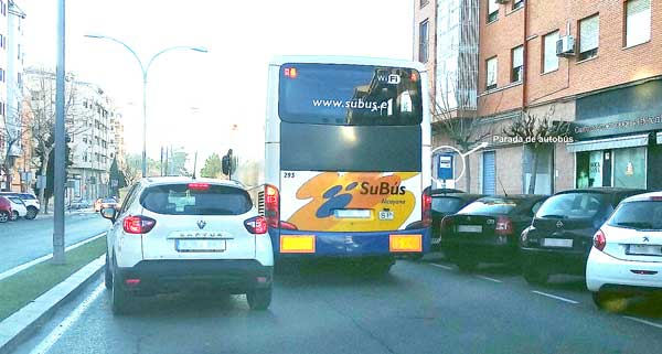 El PSOE de Ibi pide medidas para evitar que se aparque en las paradas del autobús