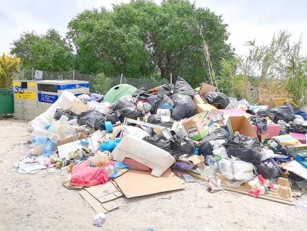 Som Ibi propone aumentar la vigilancia en las zonas de contenedores