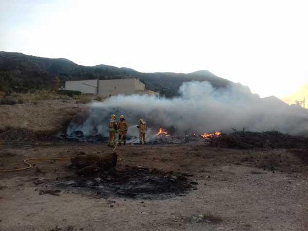 Los bomberos sofocan un incendio en Tibi provocado por una quema autorizada
