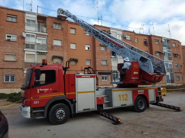 Els bombers fan servir dos dies per retirar un eixam al barri Nova York d'Ibi