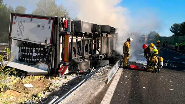 Greu accident a la A-7 a l'altura de Tibi a l'incendiar-se un camió