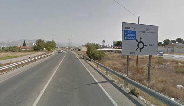 Fallece un motorista de Ibi de 65 años tras chocar contra una farola, en Aspe