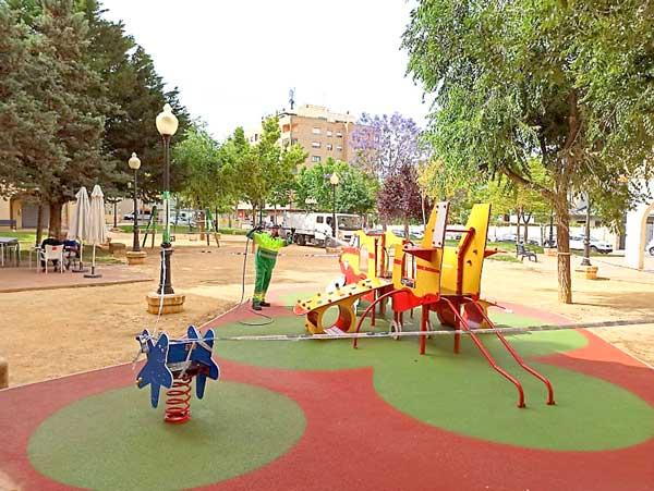 El Ayuntamiento de Ibi contrata un nuevo servicio para la limpieza diaria de parques infantiles