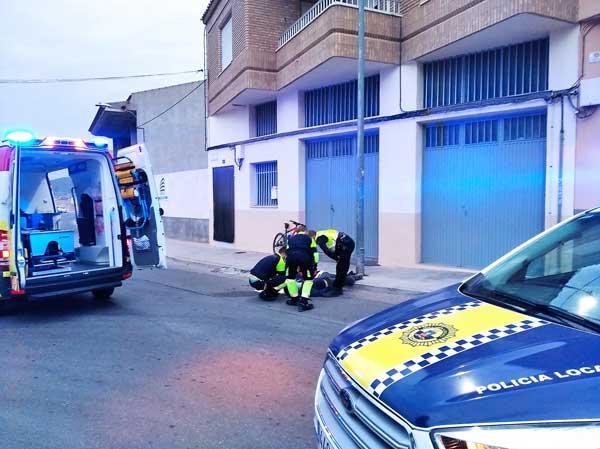 Un ciclista sufre una grave caída en el casco urbano de Onil