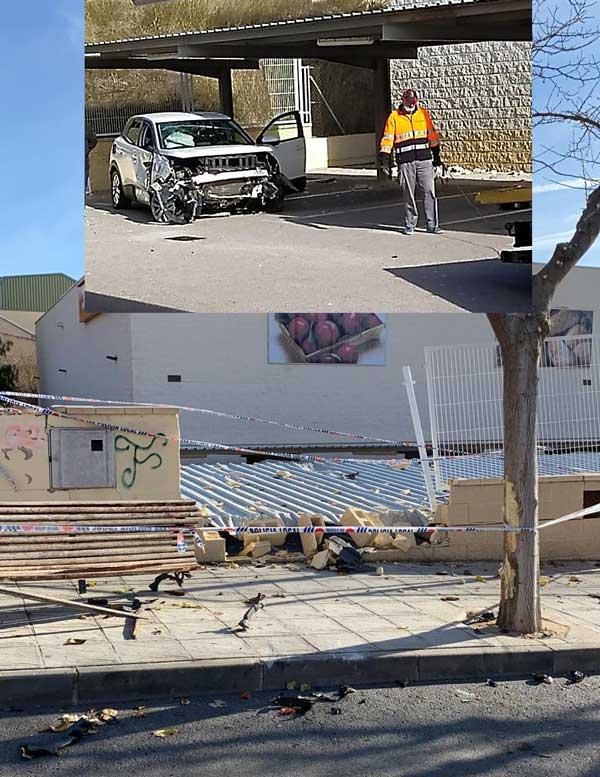 Un coche se estrella contra el muro de un supermercado y cae al interior del párking